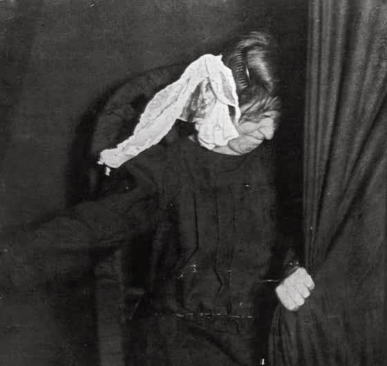 12 Weird Vintage Pictures From Séances