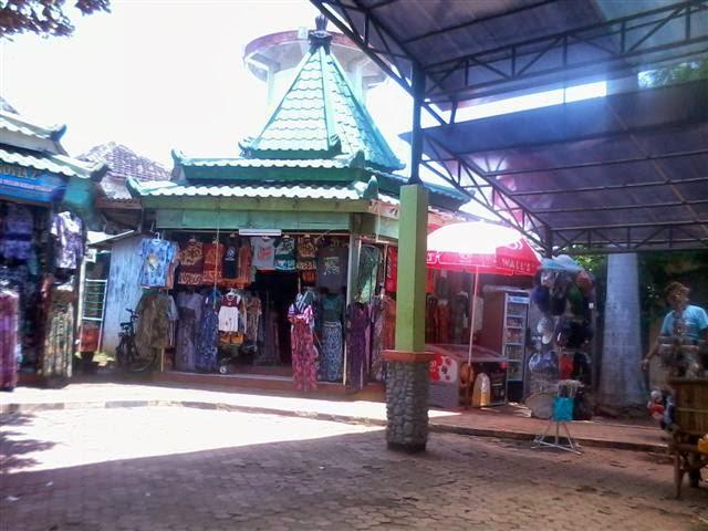 Penjual Batik Gedog Tuban di lokasi Goa Akbar: Batik khas Kabupaten Tuban.