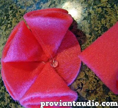 Jika kita sudah selesai menempelkan semua kain flanel, atur agar kain ...