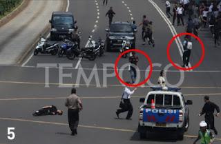 Foto Ekslusif Detik-detik Polisi Ditembak Dua Terduga Teroris Bom Sarinah