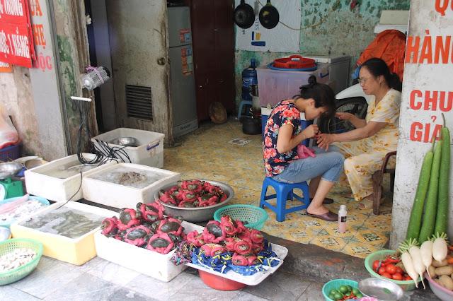 Peixes e frutos do mar na calçada no Vietnã