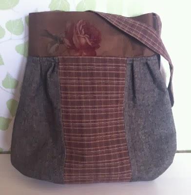 Väska med foder, axelband (73 cm),  innerficka och nyckelband. Mått:40x39cm Pris:380 kr