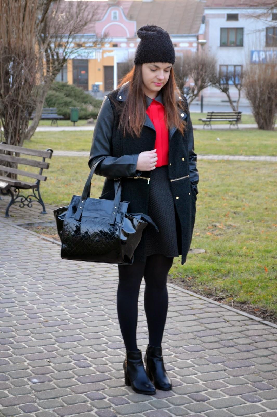 Czerwona koszula stylizacja, czarny płaszcz skórkowe wstawki, lakierowana torba, kuferek torebka, czarna duża torba,