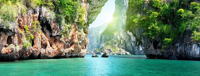 Rocks and bright turquoise sea on the coast around Koh Samui