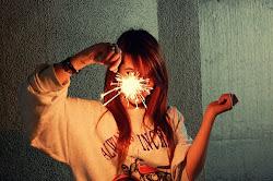 Soy un fuego, dejando que mis colores estallen.