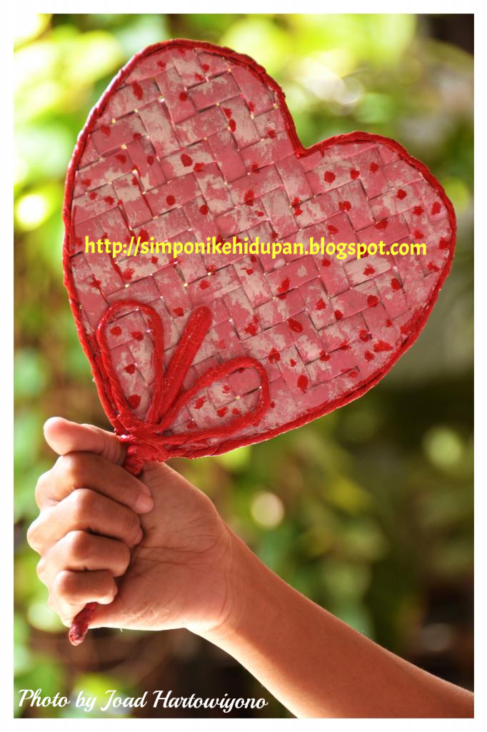 tangan dari barang bekas : [Kreasi Daur Ulang Kertas Koran] Kipas Love