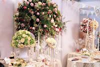 在場擺放了多種結婚花球