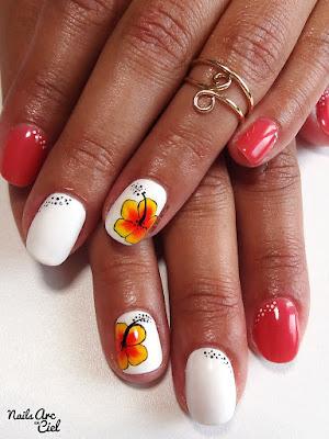 Nail art fleur d'hibiscus au One stroke été