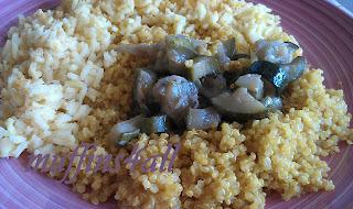 piatto in giallo: riso thai al curry con quinoa alla curcuma e zucchine