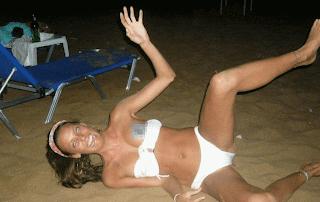 smešna slika: ispale grudi od pijane devojke