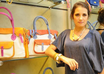 Florencia Torrente luciendose como diseñadora de carteras