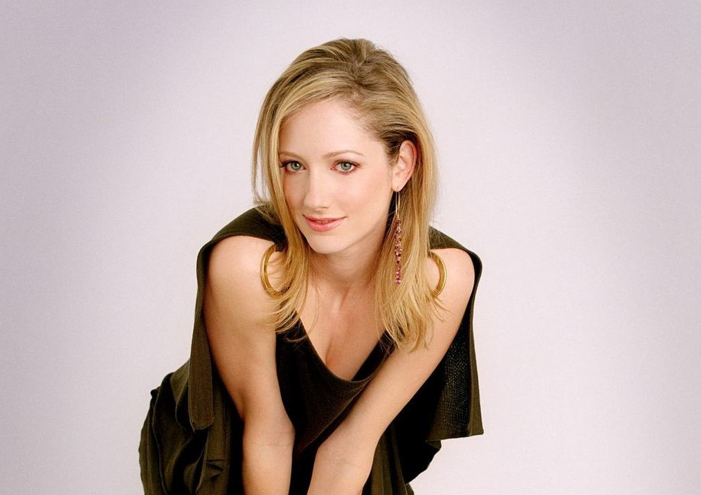 Judy Greer 14 judy greer 1068458 1577 1920 Young sexy female lying down on sofa photo