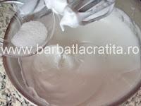 Prajitura Figaro cu gem de caise preparare reteta bezea