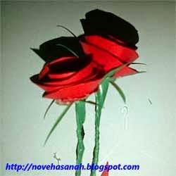 dua kuntum bunga mawar berbahan dasar kertas sampul bekas warna merah