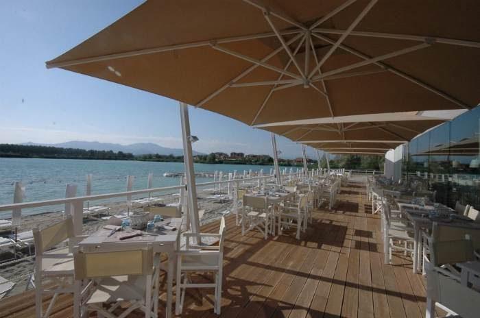 Ecomondo spiaggia ombrelloni e terrazza sul lago for Cabine al lago shadd