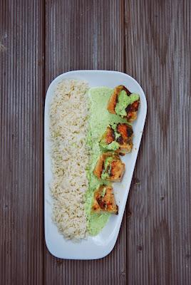Aufgeschnittene Hühnchenroulade mit Sauce und Reis