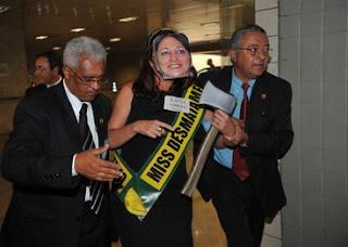 ativista do Greenpeace presta homenagem à senadora Kátia Abreu