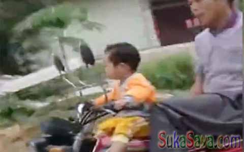 Ajaib! Bayi Ini Sudah Bisa Mengendarai Motor Kopling