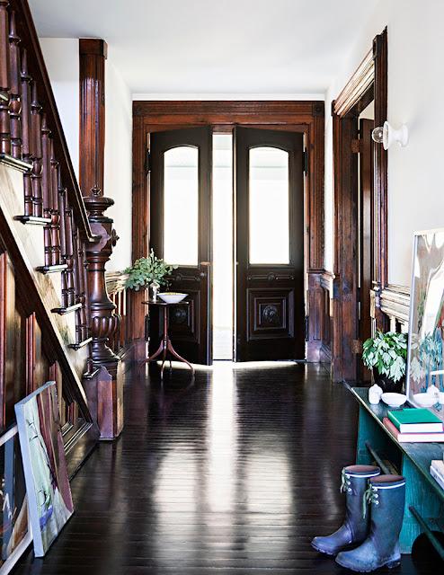 Dunkles Holz, Weiß und Blau in der Einrichtung oder wie vintage modern wird: Flur in Antiquitäten