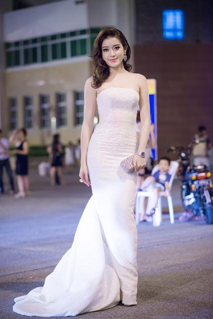 Á hậu Huyền My chọn bộ váy đính đá gam trắng khoe vai trần của nhà thiết kế Lê Thanh Hòa.