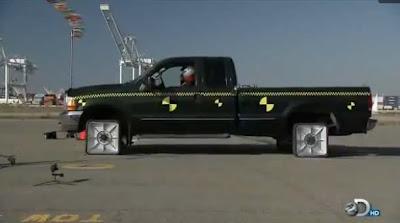Como é dirigir uma caminhonete com rodas quadradas