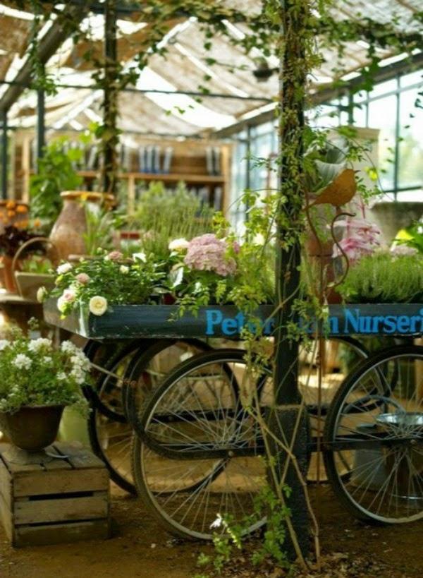 Bicicletas vintage para decorar el jard n guia de jardin - Vallas decorativas para jardin ...
