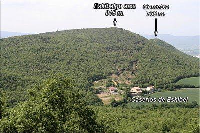 Vista de Eskibelo atxa y los caserío de Eskibel desde San Kiliz