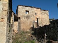 La façana de llevant de Cal Simon de Matamala amb grans contraforts