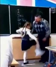 niña alumna patea al profesor acosador griton en rusia