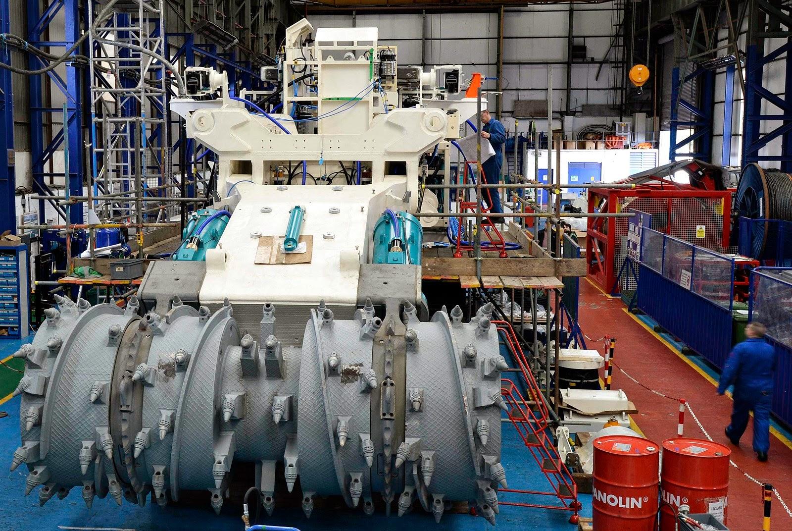 Funcionários da Soil Machine Dynamics trabalhando em uma máquina de mineração submarina construída para a Nautilus Minerals, em Wallsend, Inglaterra. Crédito: Nigel Roddis / Reuters