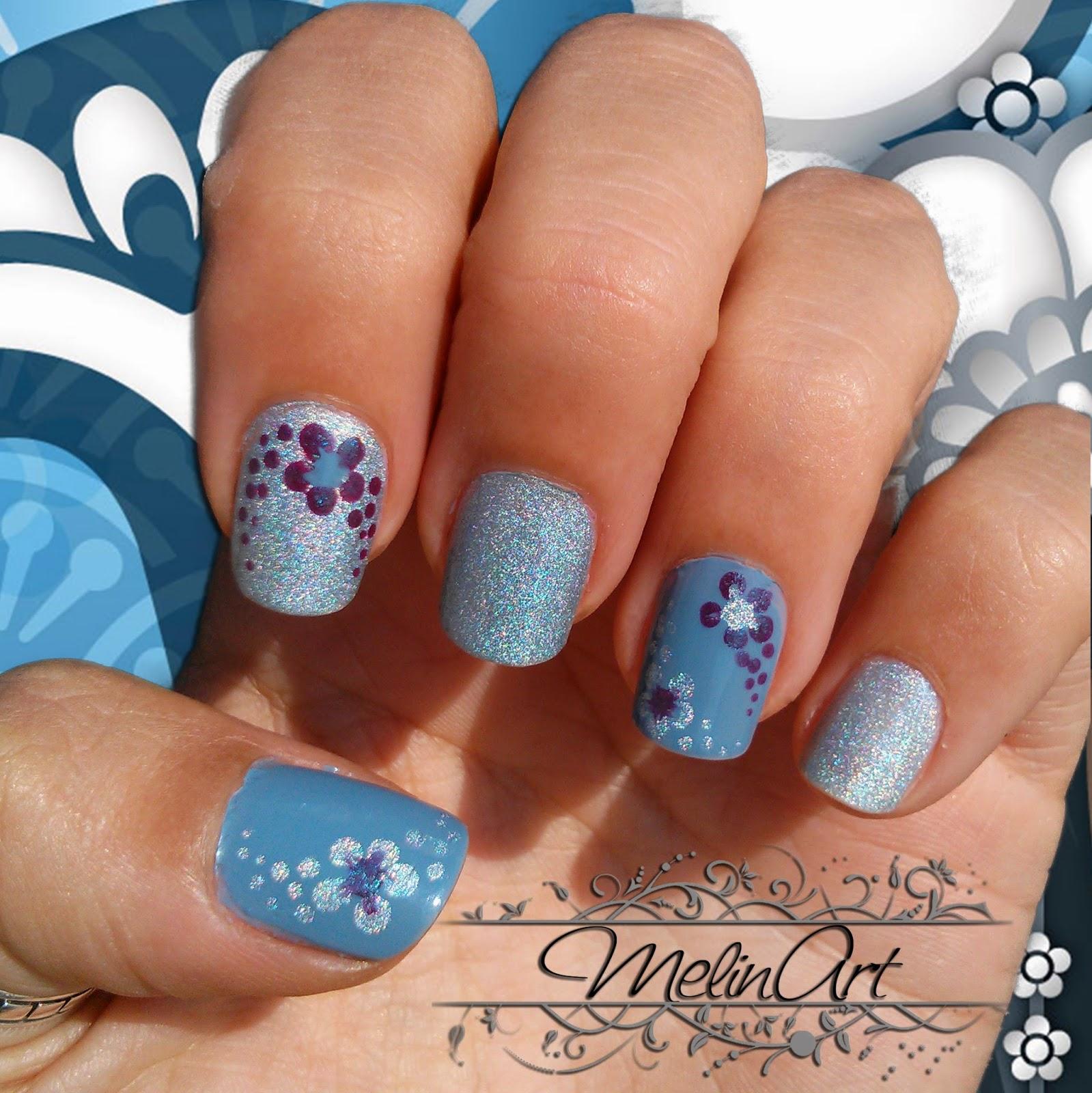 Manicura en azul con flores y esmalte hologr�fico