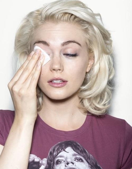 How to Remove Your Eye Makeup  the Right Way the best way to take out eyes makeup foundation tips and tricks