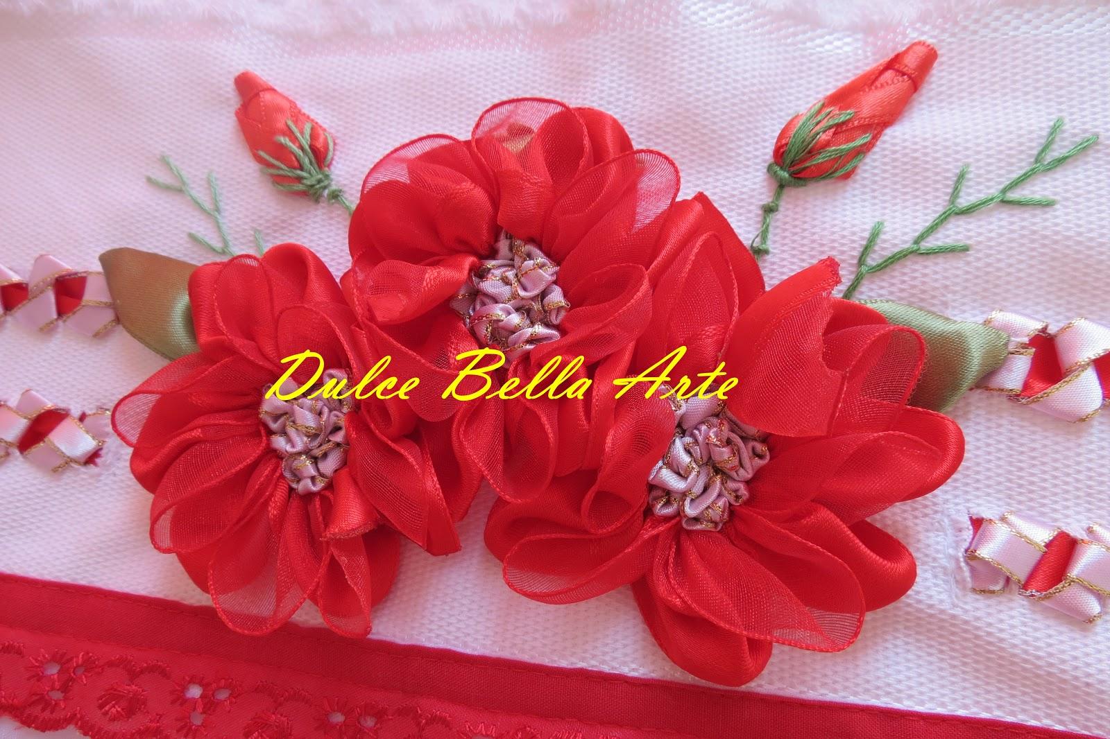 : Lindas toalhas de banho bordadas com flores e trançados em fitas