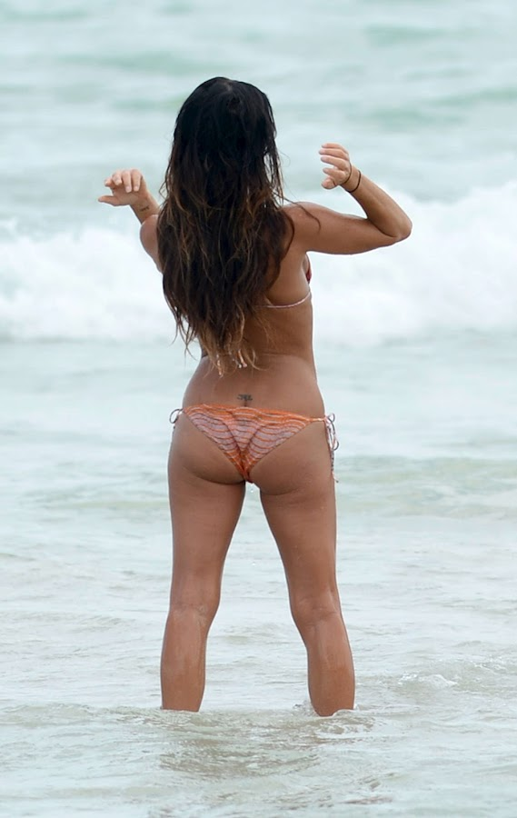 GABRIELLE ANWAR sexy hot beach body