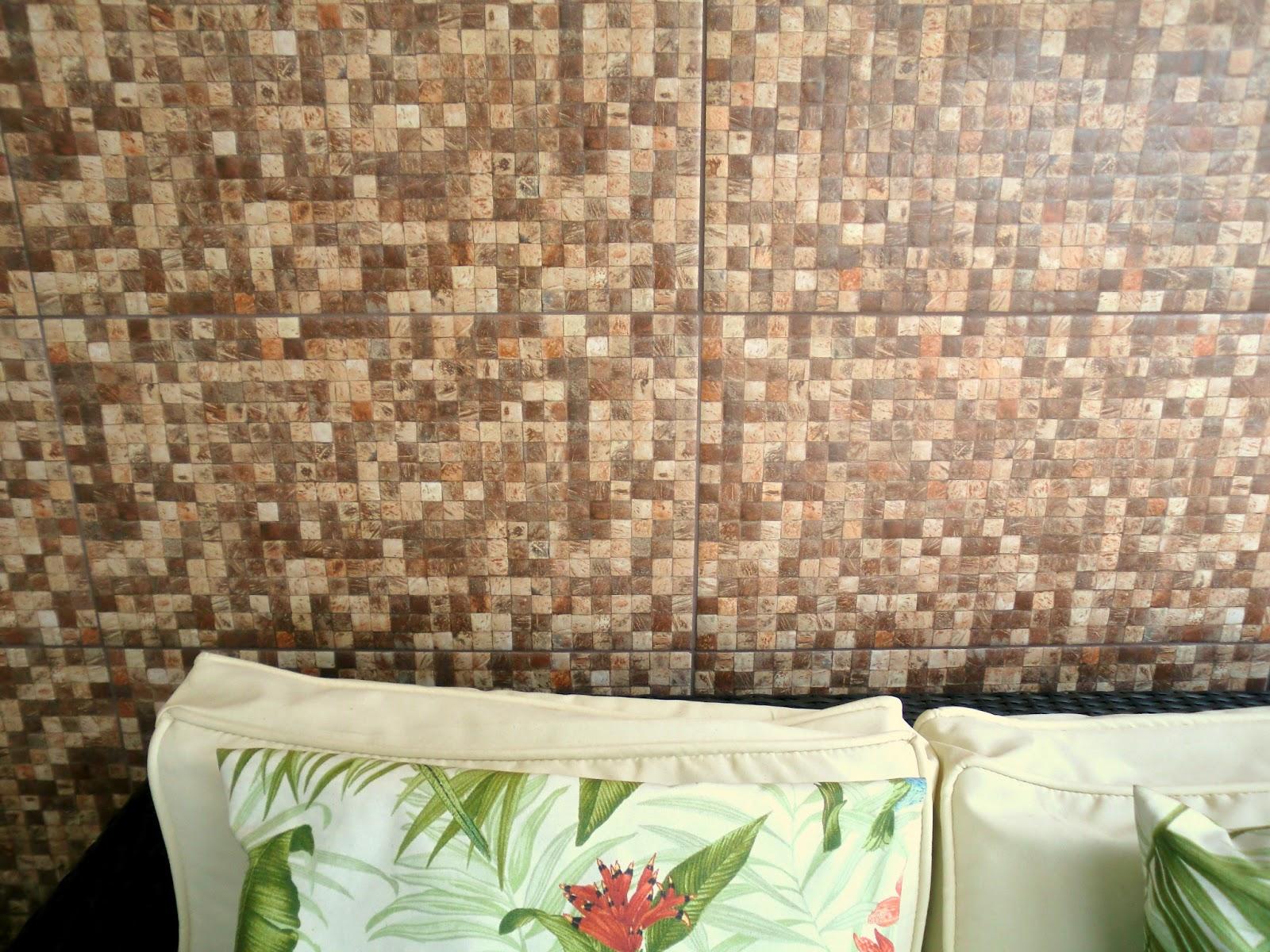 Antes e Depois: Revestimento que imita pastilha de coco na varanda  #974C34 1600x1200 Banheiro Com Azulejo Que Imita Pastilha