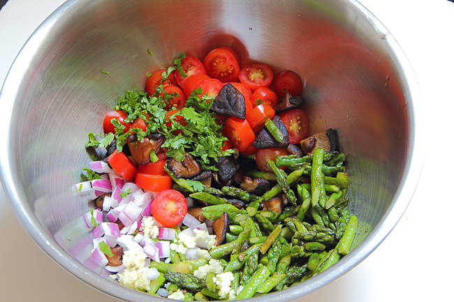 Тёплый салат со спаржей, шиитаке и помидорами