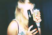 Pásame la botella, voy a beber en nombre de ella!