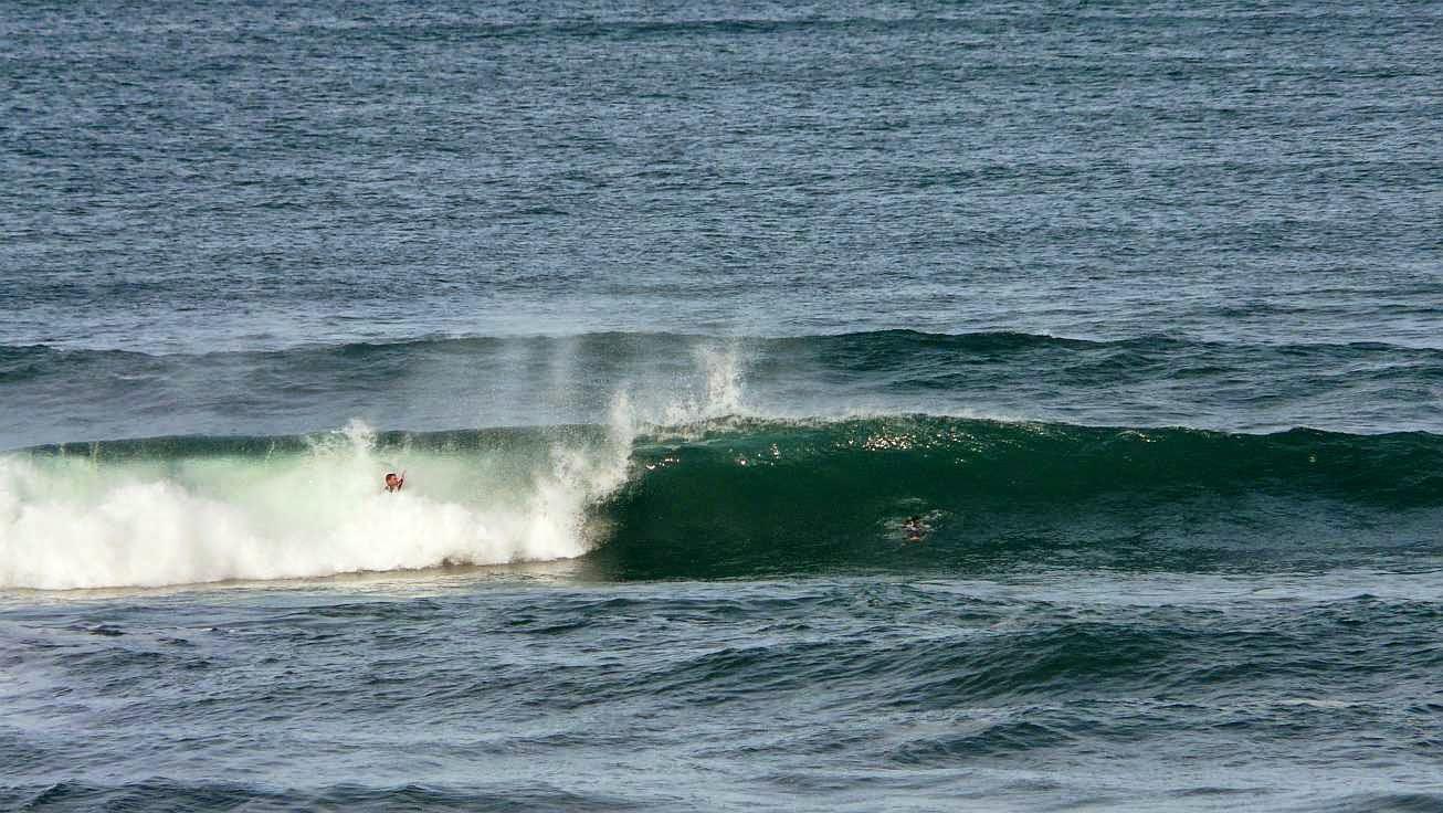 surfista tragado por la ola