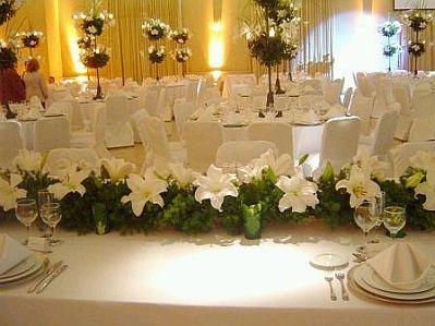 sutil esta propuesta es la indicada para ti el color amarillo est en los lazos colocados sobre las sillas vestidas with decoracion de salones para bodas - Imagenes De Salones Decorados