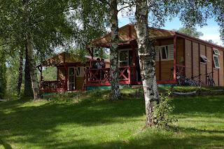 Vue des locations de chalet au camping du Morvan étang de la fougeraie