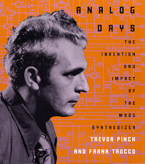 Bob Moog protagonizando la portada de la segunda edición de Analog Days: The Invention And Impact Of The Moog Synthesizer.