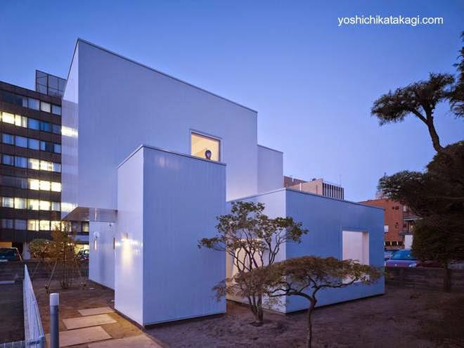Casa minimalista formada de cubos blancos en Akita, Japón
