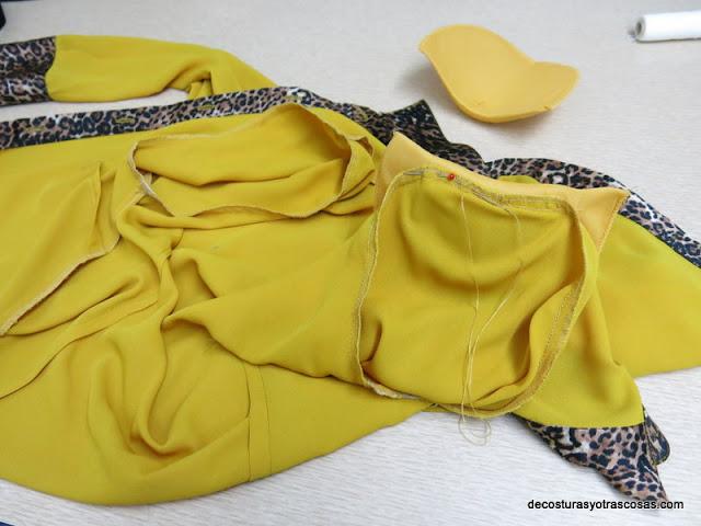 coser hombreras en una blusa