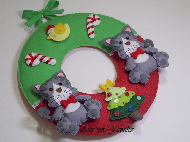 Guirlanda confeccionada em tecido de algodão com gatinhos em feltro. Detalhes com laços e botões.  Uma linda opção de decoração para a entrada da casa nesse Natal, ou também para presentear com uma peça totalmente feita à mão.