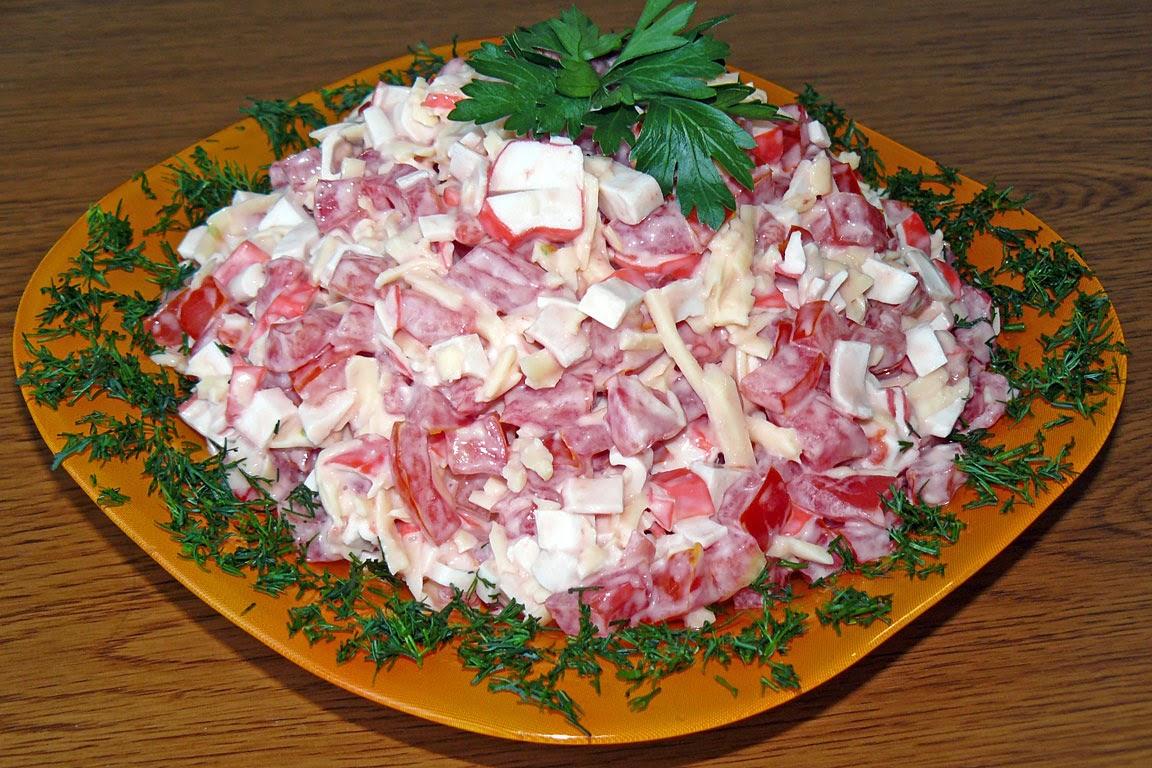 Салат из крабовых палочек с помидорами с сыром