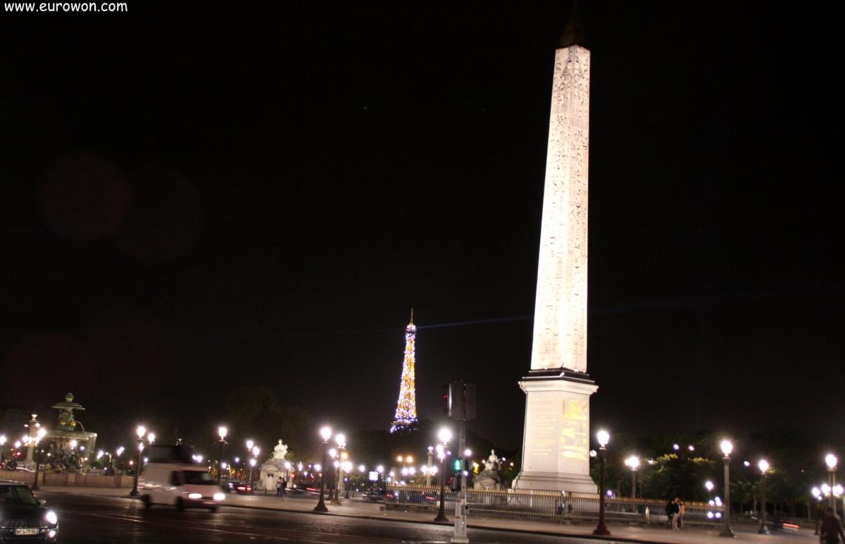 Vista nocturna del obelisco de Luxor y la torre Eiffel