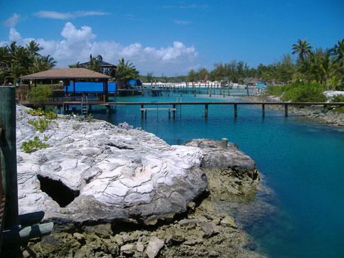 lagoa azul cercada de pedras brancas e casas