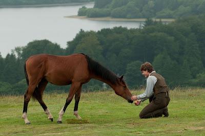 Escena de la película War horse, de Stieven Spielberg, donde se muestra a Albert (Jeremy Irvine) con Joey, el caballo