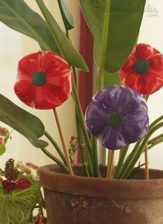 http://lasmanualidades.imujer.com/6820/flores-con-botellas-de-plastico