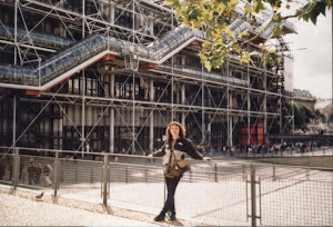 """巴黎, 在""""现代艺术博物馆""""前。"""
